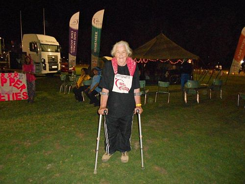 Tannie Cora van Zyl, 78 jaar oud, het 15 rondtes na mekaar om die baan gestap en het vir haar span R60 000 ingesamel!